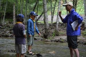 22-�B-7隊長から小川でも川は危険がいっぱいと注意を聞きます。.JPG