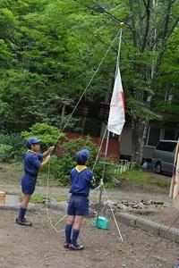 24-�B-8組長たちによる国旗降納。.JPG